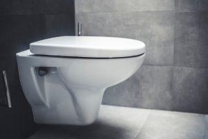 トイレの水漏れで床が水浸しになった時の対処法