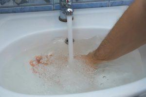 洗面台の詰まりはどうやって起こる?流れないときの対処法